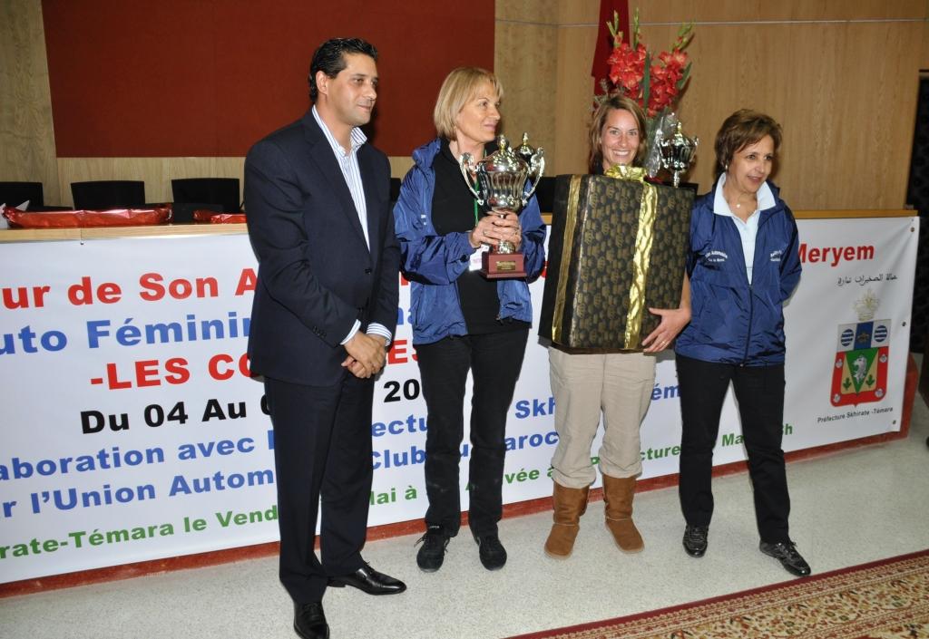 L'équipage français vainqueur de la 9ème édition du Rallye des Colombes posant avec Mr le Gouverneur de la préfecture de Témara et le Dr Fatima Araki l'organisatrice