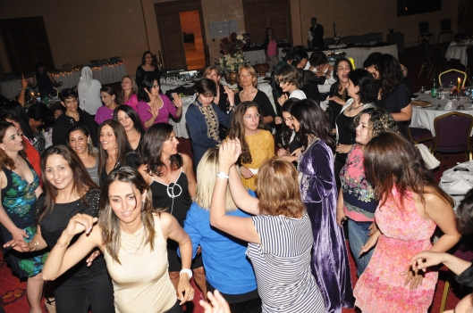 The participants at one of the dinner parties. Les participantes lors des soirées dinatoires. Always a festive mood!