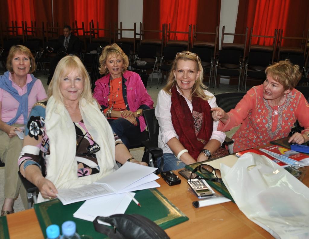Photo de participantes Américaines au briefing lors du Rallye des Colombes