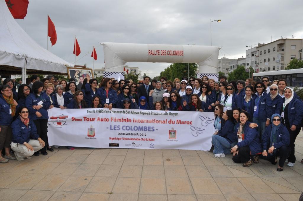 Photo des participantes en compagnie de Madame la Ministre du Développement Social, de la Famille et de la Solidarité et Mr le Gouverneur de la préfecture de Témara lieu de départ et d'arrivée du Rallye
