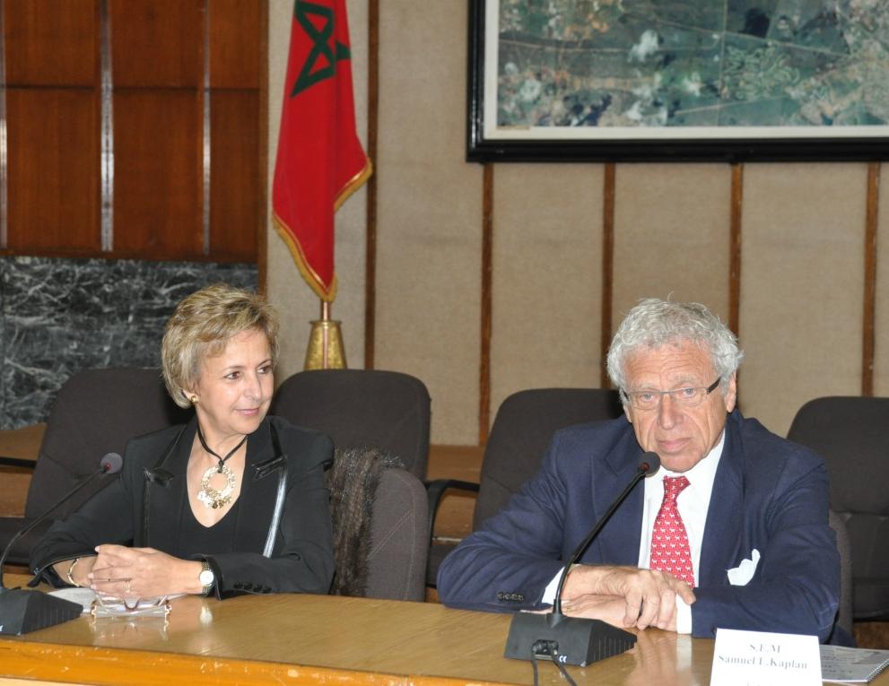Son excellence l'Ambassadeur des Etats-Unis d'Amérique, au Maroc, Mr Samuel Kaplan et le Dr Fatima Araki lors de la  Conférence de presse de l'édition 2010 année où a été célébré dans le cadre du Rallye du corps Diplomatique l'amitié Maroco-Américaine